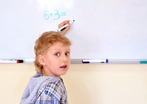 左利き 手 ホワイトボード 利き手 男の子 子供 計算 数字