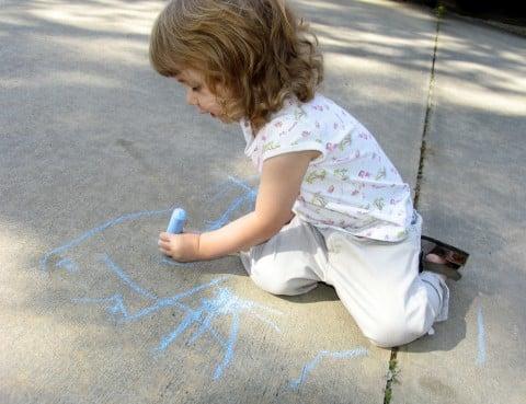 左利き 利き手 女の子 絵 落書き チョーク