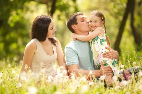 家族 ママ パパ 子供 女の子 キス