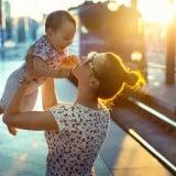 赤ちゃん 電車 お出かけ ママ 抱っこ 夕日