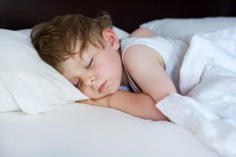 男の子 子供 寝る 睡眠