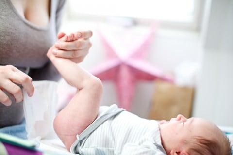 赤ちゃん 新生児 おむつ 替え 足