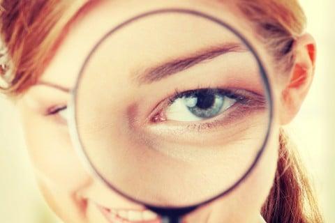 女性 虫眼鏡 チェック 注意
