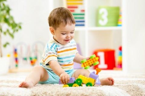 電車 おもちゃ 男の子 赤ちゃん おすわり 室内