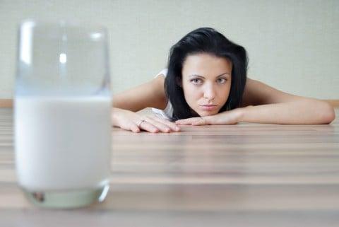 女性 牛乳 豆乳 飲み物