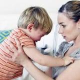 ママ 子供 泣く なだめる 抱っこ 叱る