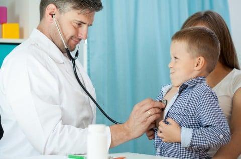 男の子 子供 病院 診察 医者 病気 検診 先生 白衣