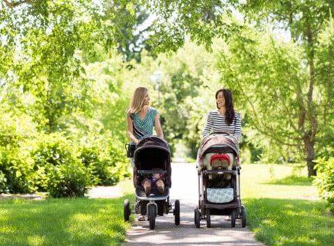 公園 緑 ママ ママ友 赤ちゃん ベビーカー 散歩 グリーン 光