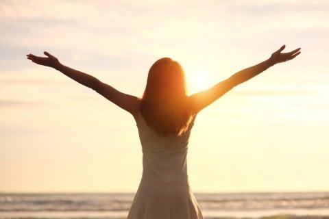 女性 太陽 健康 元気
