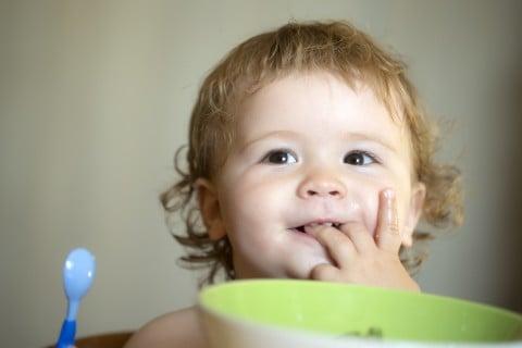 赤ちゃん 食事 手 なめる