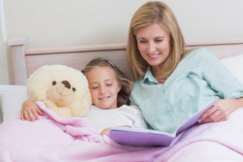 ママ 子供 ぬいぐるみ 絵本 ベッド 寝かしつけ 布団 就寝 読み聞かせ