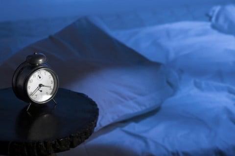 ベッド 時計 布団 夜中