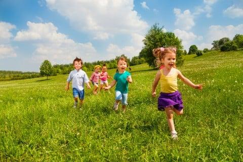 子供 外 芝生 走る 楽しい