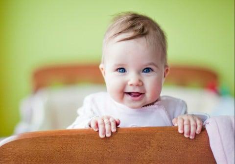 赤ちゃん 笑顔 ベッド