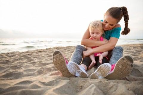 親子 海辺 ハグ スニーカー お出かけ 砂