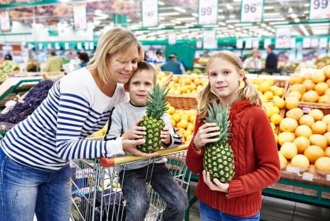 スーパー 家族 ママ 子供 パイナップル 買い物 フルーツ 果物