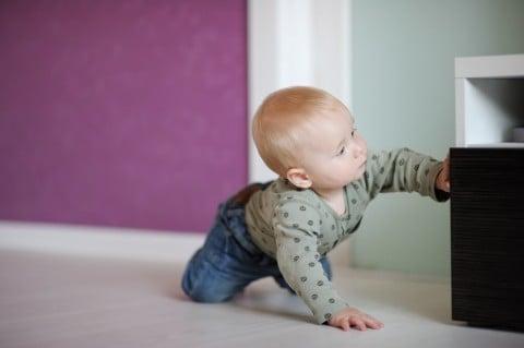 赤ちゃん 室内 ハイハイ