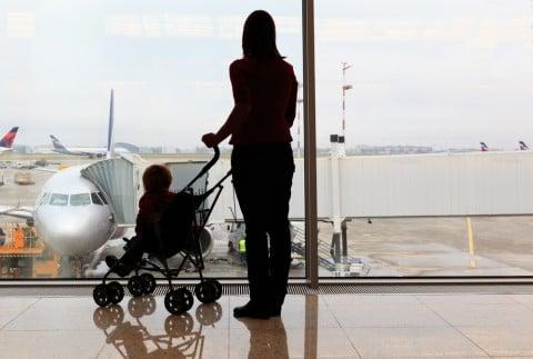 ベビーカー 飛行機 空港 旅行 出発