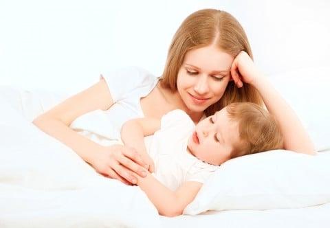 ママ 子供 布団 寝る ベッド 添い寝