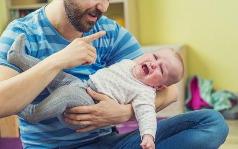 男性 赤ちゃん 抱っこ 嫌がる えびぞり 反る 逃げる 泣く