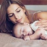 添い寝 赤ちゃん ママ トントン 寝かしつけ