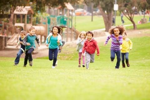 子供 走る 公園 友達