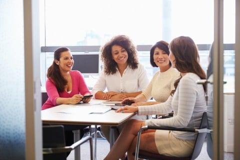 女性 ママ 会議 集まり 話し合い 役員 相談 ミーティング