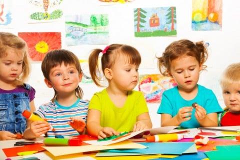 子供 グループ お絵描き 保育園 幼稚園