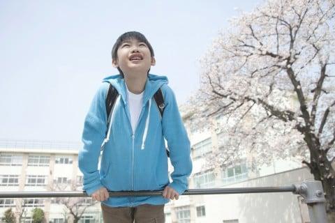 小学生 男の子 桜 入学式 鉄棒
