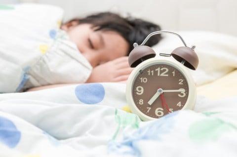 子供 目覚まし時計 起床 目覚め ベッド 眠り 睡眠