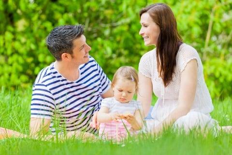 家族 子供 夫婦 ピクニック 公園