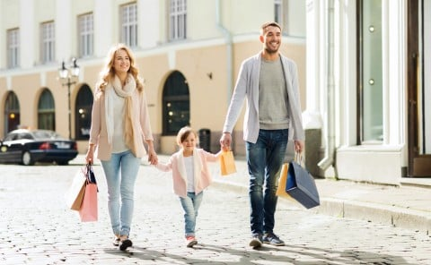 家族 お出かけ 買い物 ショッピング 女の子 ママ パパ 休日