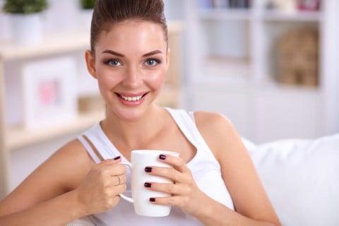 飲み物 マグカップ リラックス 女性 笑顔