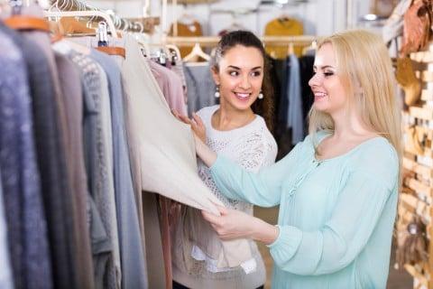 ショッピング 買い物 女性 友達 服 選ぶ