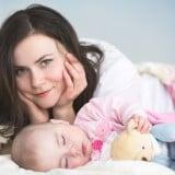 ママ 女性 赤ちゃん ベッド