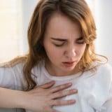 女性 胸の痛み つらい