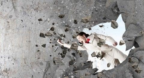 壁 乗り越える 破壊 女性 人 壊す