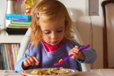 2歳 スプーン 食べる 食事 スタイ 汚れ