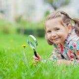 女の子 虫眼鏡 笑顔 外 花 研究