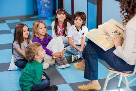 保育園 先生 友達 子供 読書 室内