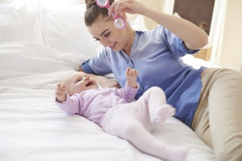 赤ちゃん ガラガラ おもちゃ ラトル ママ あやす