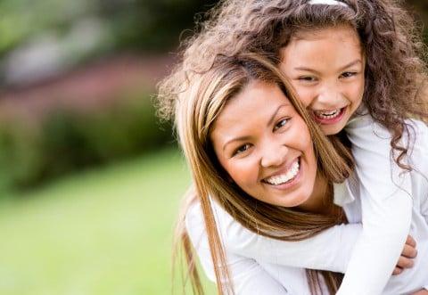 親子 女性 女の子 笑顔 おんぶ 仲良し 外 公園