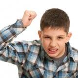 子供 男の子 叩く 怒る