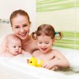 家族 お風呂 子供二人 ママ 親子