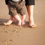 赤ちゃん 歩く 砂浜 外