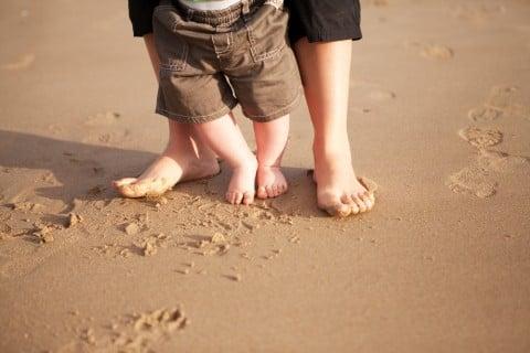 赤ちゃんのO脚の原因は?治療や矯正は必要なの?