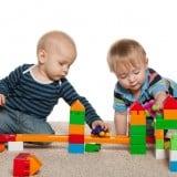 子供 赤ちゃん 遊ぶ 二人 積み木