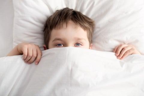 子供 ベッド 布団 顔