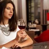 女性 お酒 アルコール ワイン