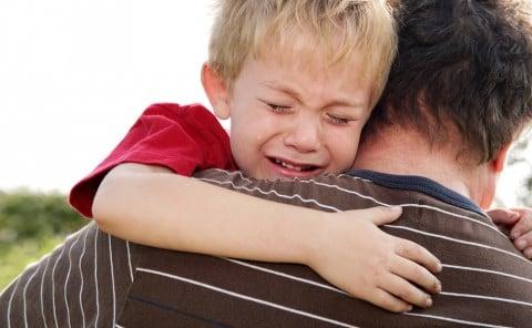 男の子 痛い 泣く 父 抱きつく 抱きしめる